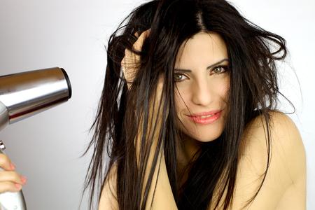secador de pelo: Hermosa mujer feliz con secador de pelo en la mano