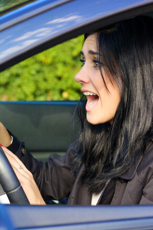 Mujer joven asustada por accidente de tráfico Foto de archivo