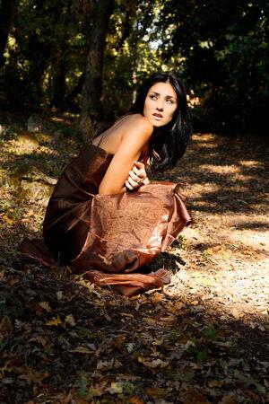 Leuke jonge vrouw gevoel angst in het bos Stockfoto