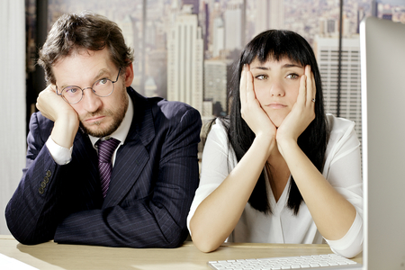 Compañero de trabajo triste en la oficina en Nueva York Foto de archivo