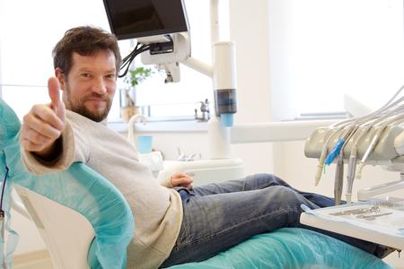 Man ok teken bij tandarts kantoor goed gevoel