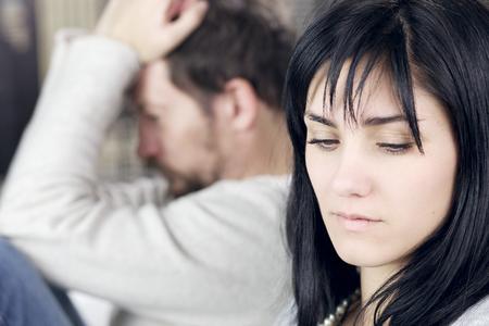 personas discutiendo: Pares infelices después de la lucha no hablar el uno al otro