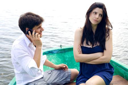 Prachtige vrouw boos met haar vriend aan de telefoon