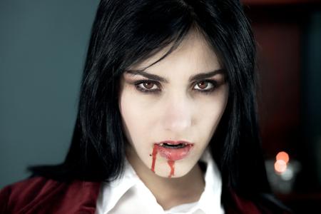 Scary vampier bleke zoek met rode ogen Stockfoto