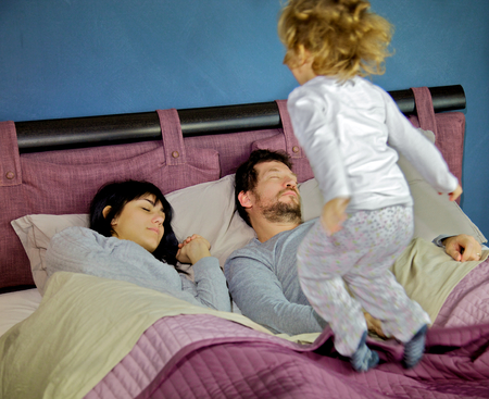 Cortar rubia niña se divierte despertar padres