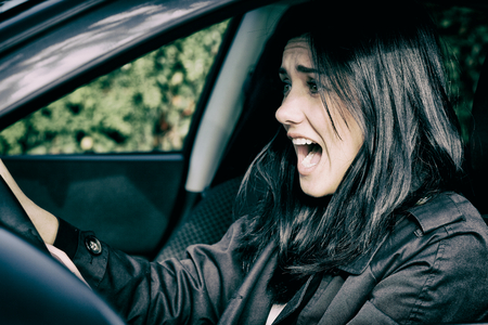 Jonge vrouw rijdende auto bang over ongeluk Stockfoto