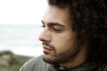 depresión: Cerca del hombre fresco triste y deprimido durante un día frío mal en invierno