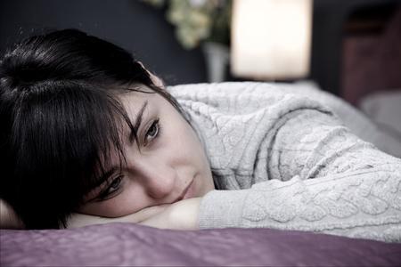 mujer triste: infeliz joven sensación triste Foto de archivo