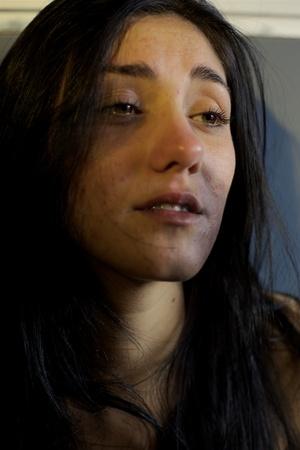 mujer golpeada: Mujer triste casi llorando después de la violencia Foto de archivo