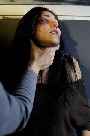 Donna spaventata con lividi con l'uomo violento