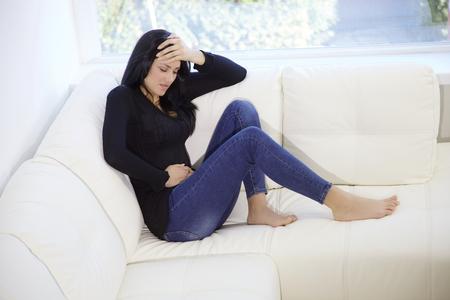 dolor: mujer joven con dolor abdominal severo