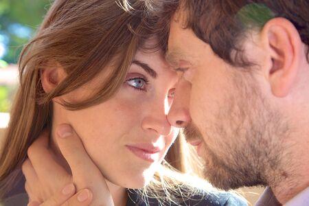 Vrouw gelukkig in de liefde te kijken vriendje Depp in de ogen