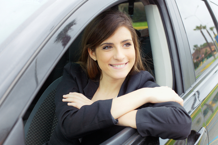 beautiful young woman smiling in car Stockfoto