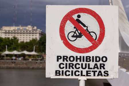 Sign in spanish indicating: bicycles forbidden.