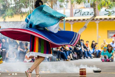 Femmes, femmes en costumes typiques des Indiens d'Amérique du Sud dansant avec des costumes traditionnels colorés Éditoriale