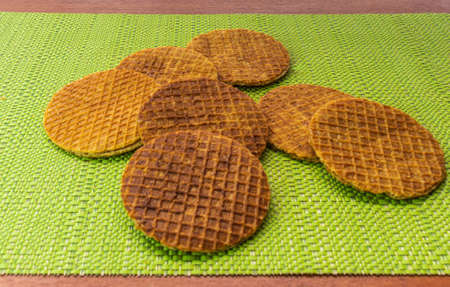 Take forty-five degrees of stroopwafels placed casually on the table Stockfoto