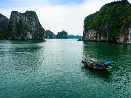 Vietnam Halong Bay boat tour landscape view 스톡 콘텐츠