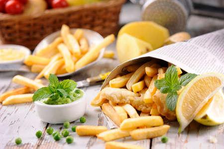 comida inglesa: Fish & Chips Hecho en casa en el peri�dico Foto de archivo