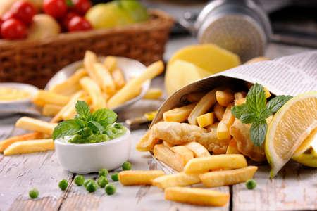 comida rapida: Fish & Chips Hecho en casa en el periódico Foto de archivo