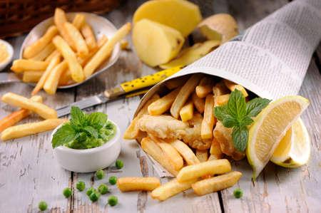 plato de pescado: Hecho en casa Fish & Chips en el peri�dico Foto de archivo