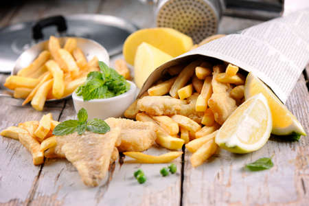 fish and chips: Fish & Chips Hecho en casa en el periódico Foto de archivo