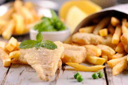 fish and chips: Hecho en casa Fish & Chips en el periódico Foto de archivo