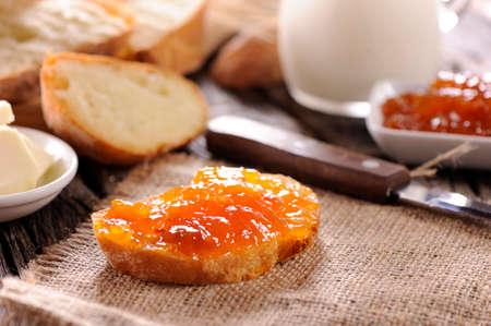 comiendo pan: pan con mermelada en la mesa de madera