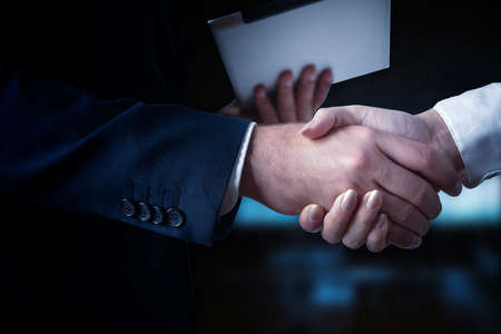 dando la mano: Apretón de manos, hombres de negocios dándose la mano Foto de archivo