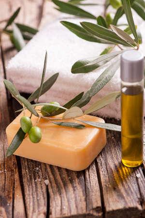 oil of olive: Configuraci�n natural del balneario con los productos de aceite de oliva y aceite de oliva Sal de ba�o