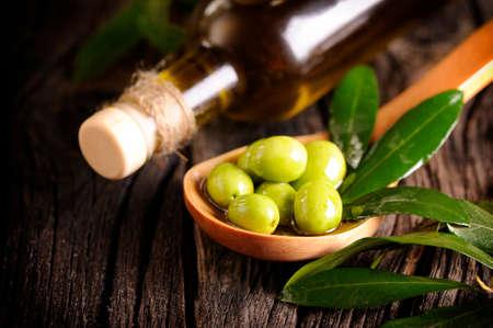 Olivenöl und Oliven  Lizenzfreie Bilder