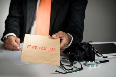 Omgaan met een vertrouwelijk envelop van een prive-detective Stockfoto