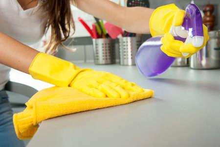 クリーニング、キッチンのカウンターの女性