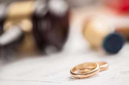 결혼 반지 및 나무 망치 스톡 콘텐츠