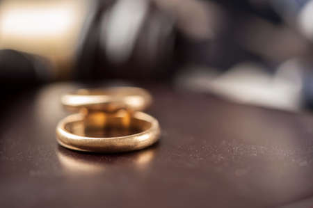 Wedding Rings And Wooden Gavel Banque d'images