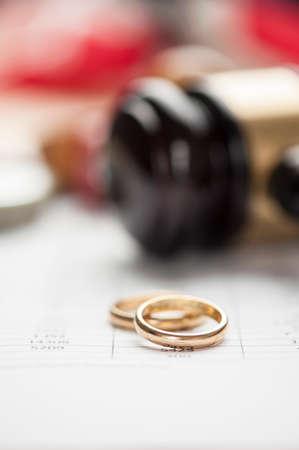 結婚指輪と木製小槌 写真素材
