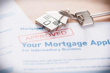 Genehmigt Hypothekenkreditantrag mit Hausschlüssel