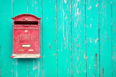 Boîte aux lettres rouge sur la porte en bois vert Banque d'images - 53169517