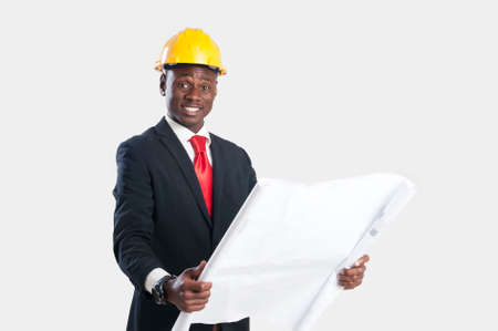 Gelukkige Afrikaanse Architect Looking Blueprint Isolated Over White Background