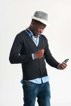 jonge man met behulp van een mobiele telefoon, geïsoleerd op wit
