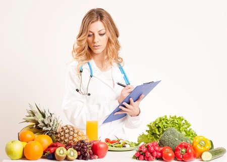Ernährungswissenschaftler mit frischem Gemüse und Obst