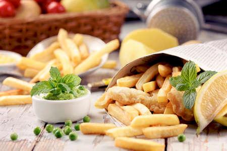 fish and chips: Pescado y patatas fritas servidas en el periódico