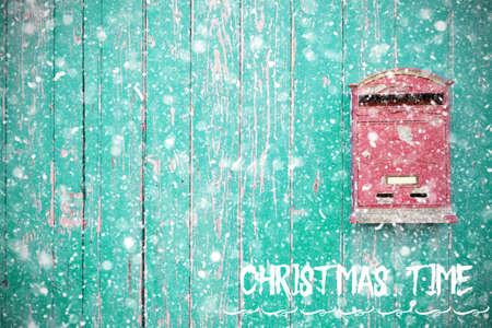 雪の緑の木のドアの上の手紙箱。クリスマスタイムコンセプト 写真素材
