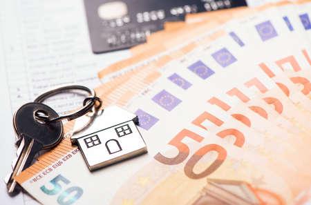Huissleutel op eurobankbiljetten