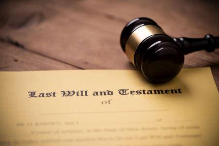 Forma de última voluntad y testamento con martillo. Decisión, cierre financiero