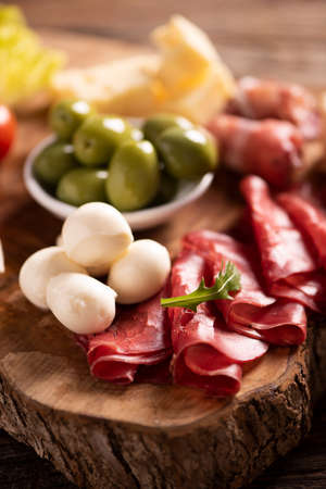 Antipasto catering platter with olives , jerky, salami and cheese close up Imagens - 122407697