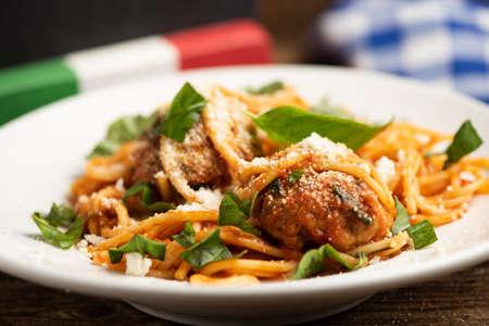 Rinderhackbällchen mit Bolognese-Sauce und Spaghetti. Nahaufnahme