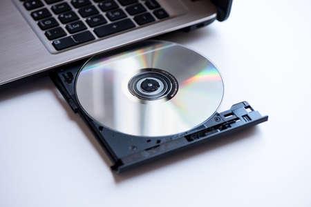 Un laptop con compact disc ripresa ravvicinata Archivio Fotografico