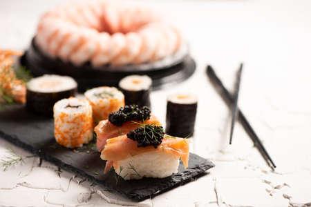 Shushi y caviar negro de cerca Foto de archivo