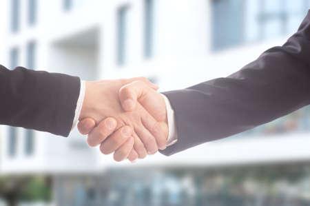 Nahaufnahme von den Geschäftsleuten, die Hände rütteln