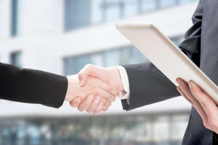 Zbliżenie ludzi biznesu ściskających dłonie
